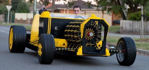 世界には変人がいるものです!50万個のLEGOで作られた車!