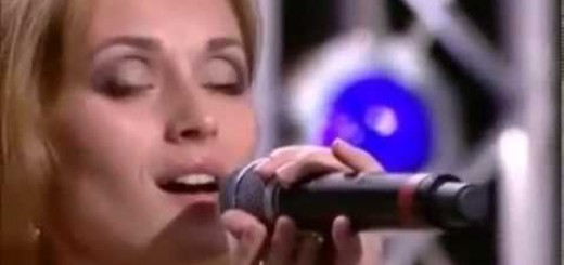 オーディションで口パクを疑われた女性がアカペラで歌った瞬間、会場に衝撃が!